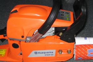 Фотография поддельной бензопилы Husqvarna 365 XP - элементы конструкции имеют чёрный цвет. Вид справа.
