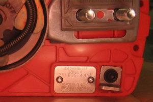 Металлический шильдик под крышкой сцепления бензопилы Husqvarna 142e