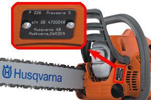Металлический шильдик на картере бензопилы Husqvarna