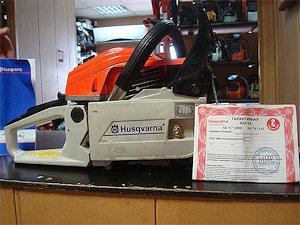 Фотография поддельной бензопилы Husqvarna 365XP выполненной в цветвоой гамме Stihl (вид справа)