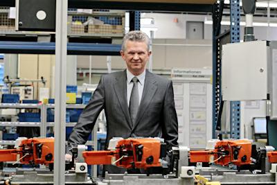 Бертрам Кандзиора на сборочной линии завода Waiblingen выпускающей бензопилы Stihl MS310 (фото: stihl.de)