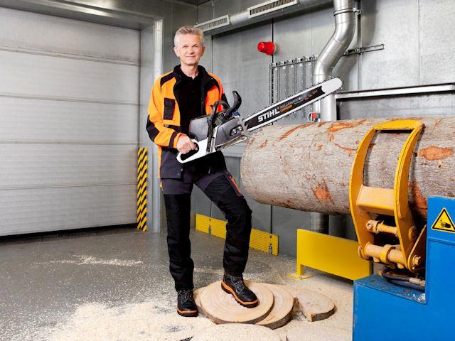 Председатель правления Stihl Бертрам Кандзиора с бензопилой Stihl Carbon Concept [фото: stihl.de]
